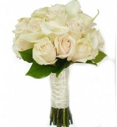 Букет невесты из 16 белых роз и 9 крупных белых калл «Чудесный день»