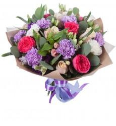 Букет из альстромерий, гвоздик, эустом, роз и зелени «Ягодная карамель»