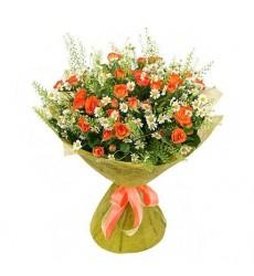 Букет из 8 ромашек Танцетум и 9 кустовых оранжевых роз «Сказочная фея»