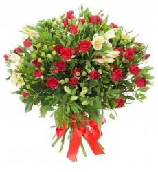 Букет из 11 кустовых роз, 8 альстромерий и зелени «Конкордия»