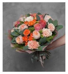 Букет из 5 гвоздик, 3 кустовых и 10 одноголовых роз «Абрикосовый рассвет»