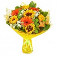 Букет из 5 подсолнухов, 3 гербер, 6 ромашек и 4 хризантем «Солнце в ладони»