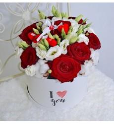 Цветы в коробке  с 9 красными розами, 2 лизиантусами и хлопоком «Безумно влюблённый»