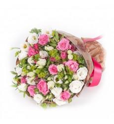 Букет из 7 кустовых роз и 7 лизиантусов «Тайный поклонник»