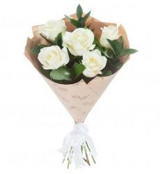 Букет из 5 белых роз и зелени «Нежное айвори»