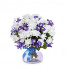Букет из 8 кустовых хризантем и 7 ирисов Blue Magic  «Фиалковый рассвет»