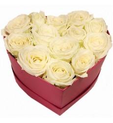 Цветы в коробке  с 13 белыми розами «Синдерелла»