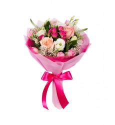 Букет из роз, тюльпанов, эустом и зелени «Фетровая шляпка»