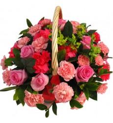 Корзина цветов с 9 розами, 20 гвоздиками и зеленью «Графский сад»