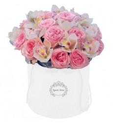 Цветы в коробке с 20 розами Дэвида Остина и 15 орхидеями «Взгляд нимфы»