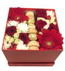 Цветы в коробке  с цветами, 6 макарони и 2 конфетами Ferrero Rocher «Вкус страсти»