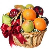 Фруктовая корзина из яблок, апельсинов, груш и карамельных конфет  «Тропический остров»