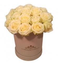 Цветы в коробке  с 25 белыми розами «Перо ангела»