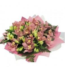 Букет из 15 орхидей, 5 альстромерий и папоротников «Цветочная авантюра»