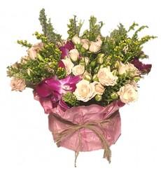 Букет из 5 кустовых роз и 2 орхидей Дендробиум «Воплощение нежности»
