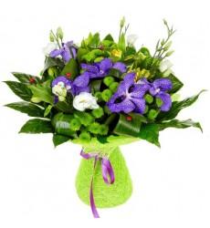 Букет из 5 кустовых хризантем и 7 цветов ванды «Ля Флёр»