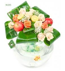 Цветочная композиция из цветов и аквариума с золотой рыбкой «Три желания»