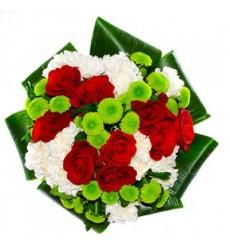 Букет из 9 роз, 8 хризантем и зелени «Пёстрый круговорот»