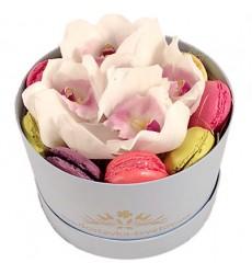 Цветы в коробке с 5 орхидеями и 9 макарони «Нежная сладость»