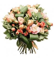 Букет из 5 роз, 5 тюльпанов, 7 кустовых роз и зелени «Цветы Афродиты»