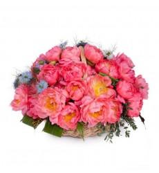 Корзина цветов с 7 нигеллами, 31 пионом Coral Sunset и зеленью «Барбарис»