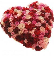 Цветочная композиция из 60 розовых роз, 21 кремовой розы и 70 роз Гран При «Сердце поэта»