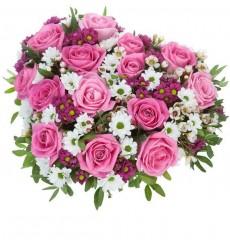 Цветочная композиция из 15 розовых роз, 5 хризантем и зелени «Чары Купидона»