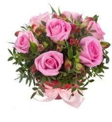 Цветочная композиция из 7 розовых роз, 2 альстромерий и зелени «Секрет моей любви»