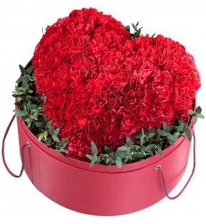 Цветы в шляпной коробке с 35 красными гвоздиками и эвкалиптом «Бархатное сердце»