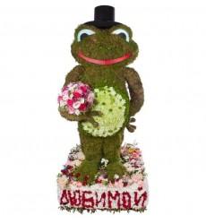 Цветочная композиция из 660 хризантем, 280 гвоздик, роз, зелени и декора «Зелёный джентльмен»