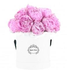 Цветы в шляпной коробке с 15 пионами «Стрела Амура»