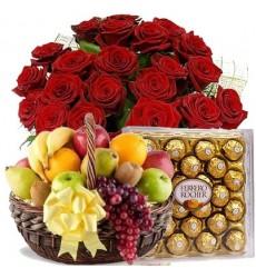 Подарочный набор букет из 25 роз, фруктовая корзина и конфеты Ferrero Rocher «Королеве красоты»