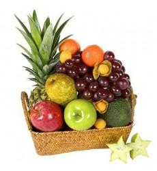 Фруктовая корзина из ананаса, мандаринов, яблок, груш, винограда и авокадо «Тропическое наслаждение»