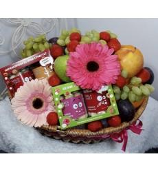Подарочная корзина с цветами, фруктами, конфетами и миндалём в шоколаде «Дамские сласти»
