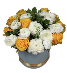 Цветы в коробке  с 9 розами и 15 ранункулюсами «Изысканная оперетта»