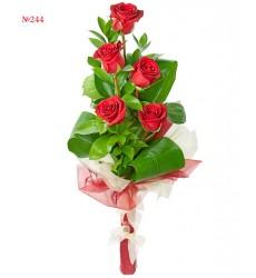 Букет  из 5 красных роз и зелени «Красный водевиль»