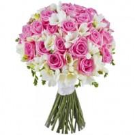 Букет из 25 роз и 29 фрезий «Розовый мираж»