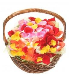 Корзина  с лепестками разноцветных роз «Босиком по розам»