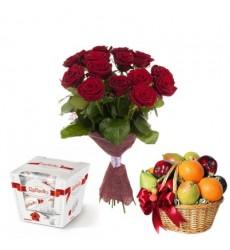 Подарочный набор букет из 15 роз,  фруктовая корзина и конфеты  Raffaello  «Конфетный период»
