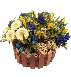 Цветочная композиция из гербер, гиацинтов, тюльпанов и шариков ротанга «Летняя прогулка»