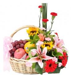 Подарочная корзина с яркими цветами и фруктами «Летний сад»