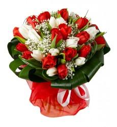 Букет из 33 тюльпанов и зелени «Прекрасная Остара»
