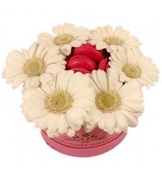 Цветы в коробке с белыми герберами и 4 макарони «Сладкий цветок»