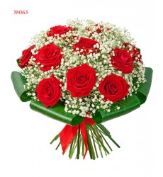 Букет из 11 красных роз, гипсофилы и зелени «Благородная дама»