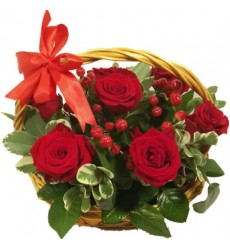 Корзина цветов с 7 розами и зеленью «Фаворитка »