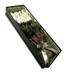 Букет в коробке из 11 белых роз «Галантный роман»