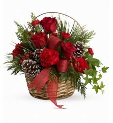 Новогодняя композиция  корзина с лапником, красными розами и декором «Звон бокалов»