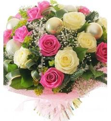 Букет из 20 белых и розовых роз с новогодними шарами «Яркие впечатления»