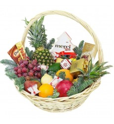 Подарочная корзина с фруктами, конфетами и ёлочными игрушками «Новогодний сон»