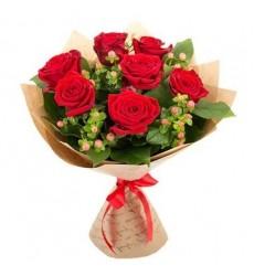 Букет из 7 роз и 5 гиперикумов «Пурпурный шарм»